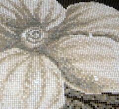 Прекрасные цветы в панно из мозаики
